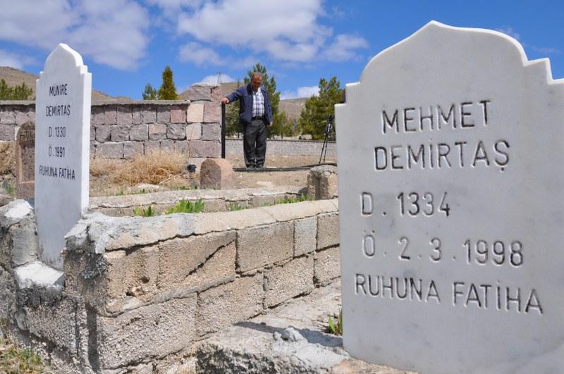 Karacaören Köyü Mezarlığının Demir Kapısını Çaldılar