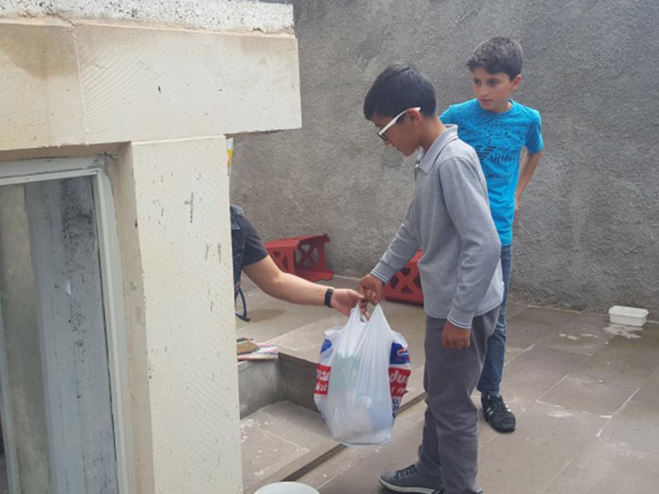Öğrenciler ihtiyaç sahibi ailelere yardım paketleri ulaştırdı