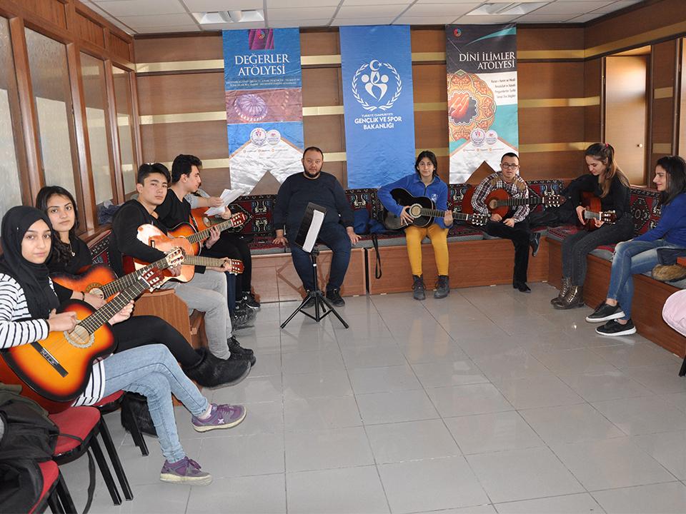Gençlik Merkezinin Gitar Eğitimleri İlgi Görüyor