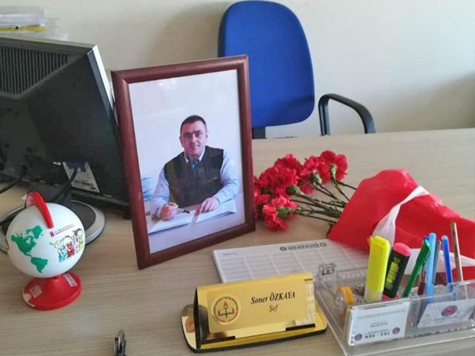 İlçe Milli Eğitim Personelin masasına karanfil bıraktı