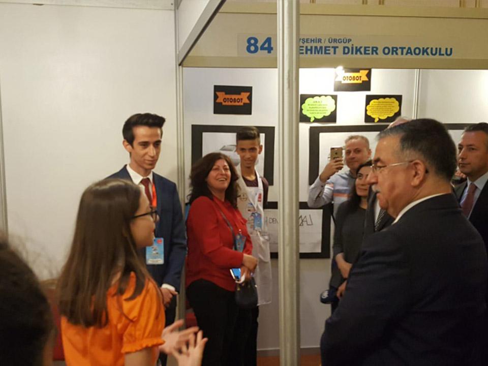 Milli Eğitim Bakanı Mehmet Diker Ortaokulu Standını Ziyaret etti