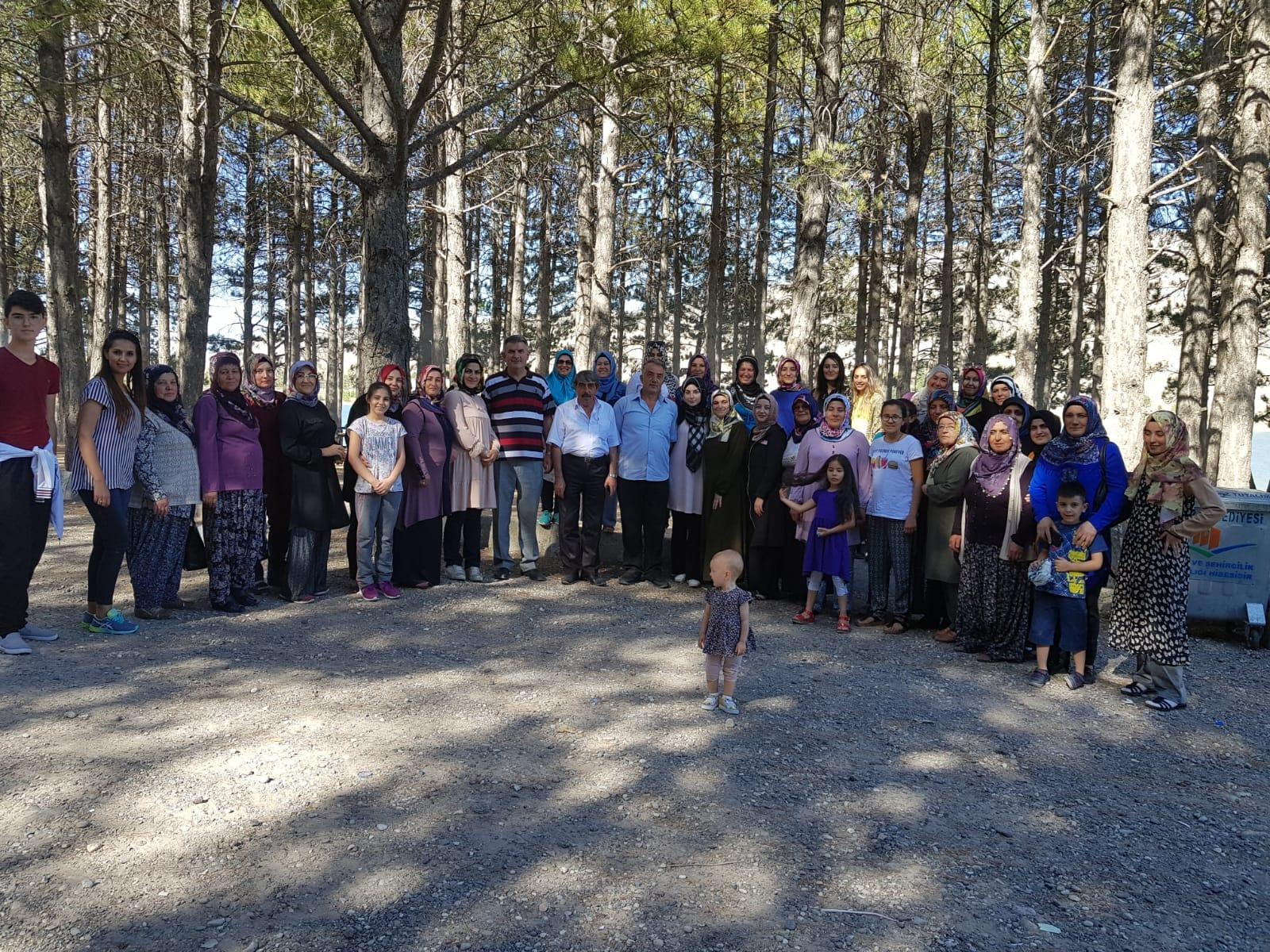 Ak Parti Kadın Kolları Damsa Barajında Piknik Yaptı