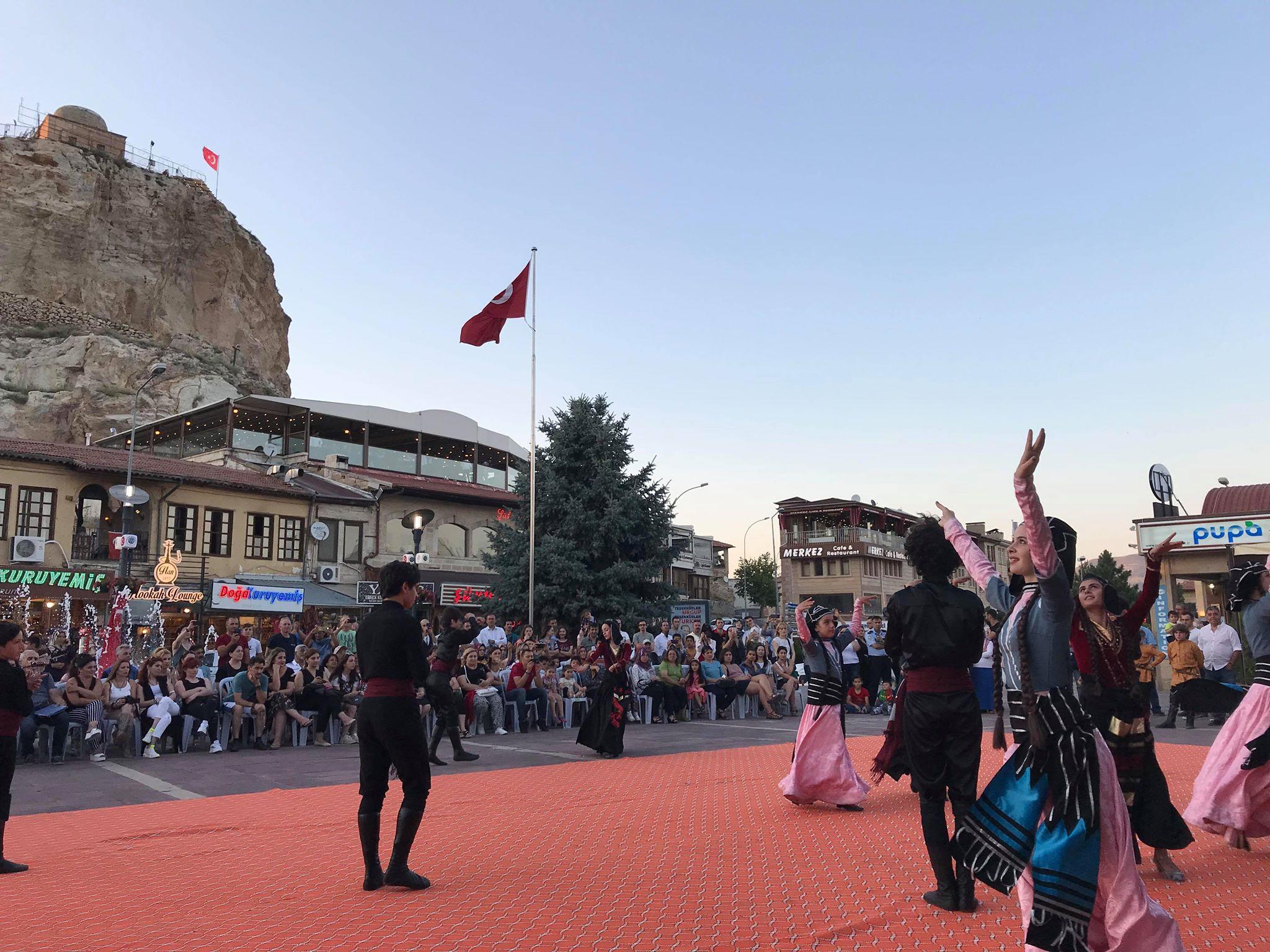 Ürgüp Meydanda Gürcistan folklor Gösterileri