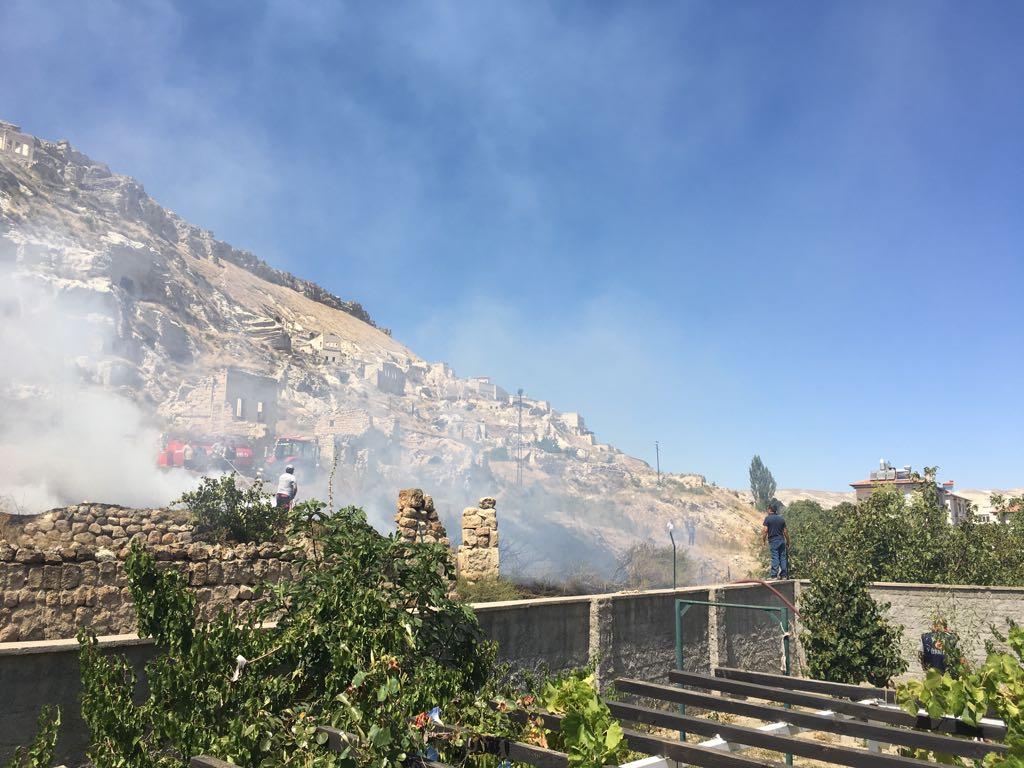 İtfaiye Arazi Yangınını Evlere Sıçramadan Söndürdü
